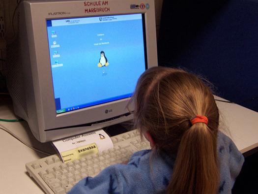 Schülerin bei der Arbeit am Computer
