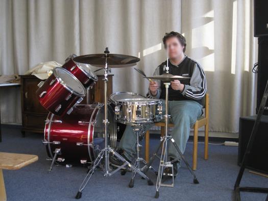 Schüler am Schlagzeug
