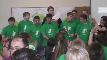 Siegerehrung: Pokalübergabe für die Mannschaft der Münsterlandschule (2. Platz)