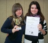 Foto von Christina und Xenia mit Pokal und Urkunde