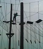 Foto eines Schülers auf der Hochseilbrücke