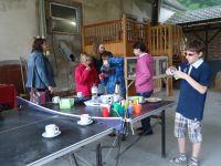 Foto der Schüler mit Waffeln und Apfelschorle