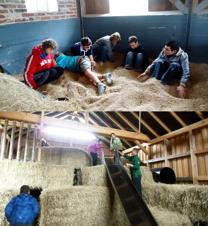 Foto von Schülern in der Körnerecke und Heuscheune