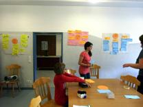 Foto von Fatma und Milla bei der Erarbeitung der Mindmap-Methode