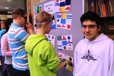 Foto von Andreas und Nils bei der Erkundung der tastbaren Bilder.