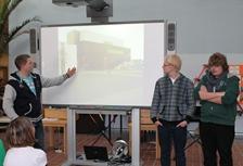Foto von Andreas, Marcel und Maverick bei ihren Erzählungen vom Schottlandaufenthalt.