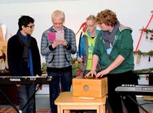 Foto vo Schülern beim Vortrag ihres vertonen Gedichts.