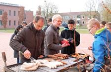 Foto von Herr Nagel und Schülern des SV-Teams bei der Würstchenausgabe.