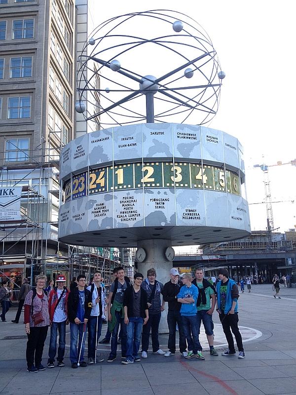 Die Schüler der Klasse 8-10 unter der Weltzeituhr in Berlin.