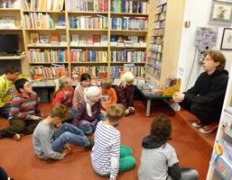 Foto von Herrn Seiler mit den Schülern der Grundschule