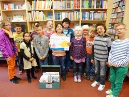 Foto der Grundschüler mit ihrem Gutschein vom Fotowettbewerb
