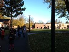 Foto vom St. Martinszug auf dem Schulgelände