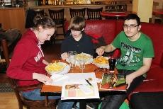 Foto von Antonia, Rene und Mert mit ihren Snacks