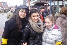 Foto von Fatma, Sarah und Marija an der Bushaltestelle