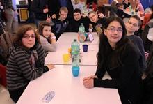 Foto von Sylvana, Aylin, Jan, Mert, Max, Adrian und Fatma nach der Ankunft in Düsseldorf