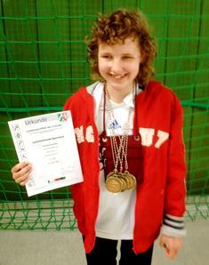 Foto von Antonia mit ihren Medaillen