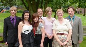 Foto der Entlassschüler mit ihren Klasenlehrern