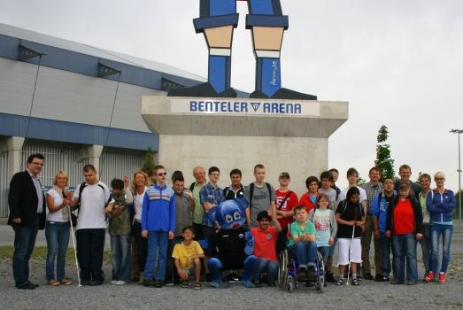 Die Gruppe der SV wird von Herrn Hornberger begrüßt und stellt sich vor der Benteler-Arena zum Foto