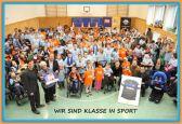 Schüler der Pauline-Schule mit Schulleitung und Vetretern von Klasse in Sport und SC Paderborn