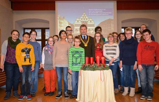 Der stellvertretende Bürgermeister Dieter Honervogt begrüßt die 14 Schülerinnen und Schüler der Pauline Schule mit Lehrern und Begleitpersonen im großen Rathaussaal.