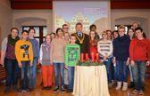 Der stellvertretende Bürgermeister Dieter Honervogt begrüßt die 14 Schülerinnen und Schüler der Pauline Schule mit Lehrern und Begleitpersonen im großen Rathaussaal