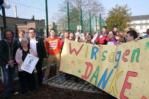 Schüler  und Schülerinnen sagen Danke mit ihrem selbst gestalteten Banner