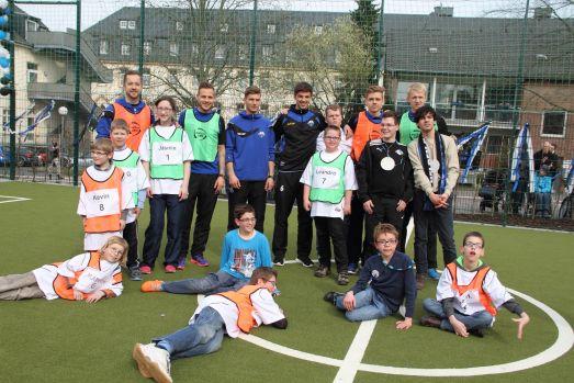 Spieler und Spielerinnen der Pauline-Schule mit den Spielern des SCP