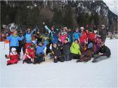 Alle Schüler und Schülerinnen stellen sich zum Gruppenbild im Schnee