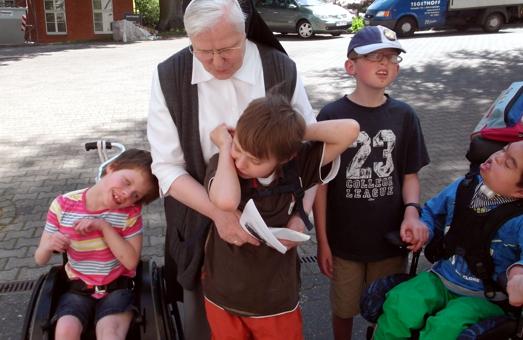 Einige Kommunionkinder überreichen Sr. Maria Ancilla die Spende