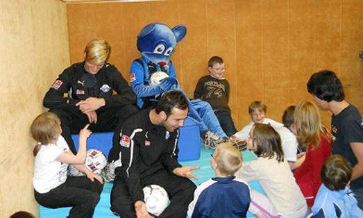 Kicker Ardian Jevric und Hendrik Starostzik vom SC Paderborn 07 mit Schülerinnen und Schülern der Pauline-Schule