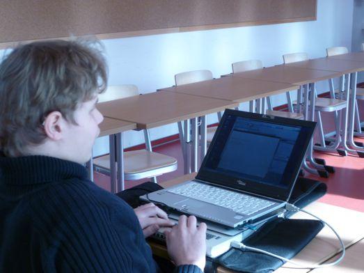 Ein blinder Schüler arbeitet im Gemeinsamen Unterricht mit Laptop und Braille-Zeile