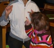 Schüler und Lehrer kommunizieren über Gebärden