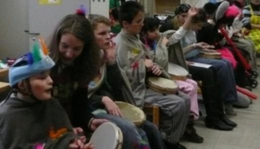 Schülerinnen und Schüler mit Instrumenten im Stuhlkreis