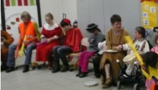 Noch mehr Schülerinnen und Schüler mit Instrumenten im Stuhlkreis