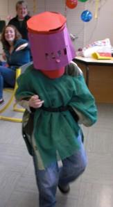 1 Schüler als Ritter mit Helm und Kettenhemd