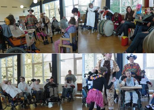 Viele verkleidete Schülerinnen und Schüler beim Singen und Tanzen in der Aula