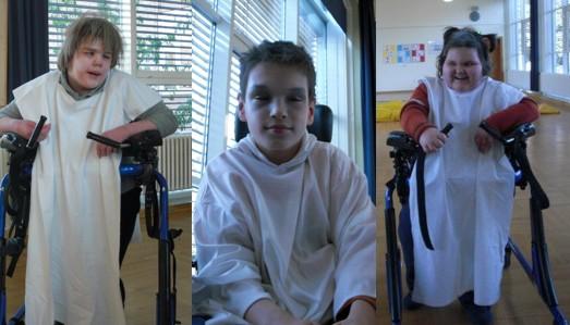 drei Schülerinnen mit weißen Tüchern und weiß geschminkt als Gespenster