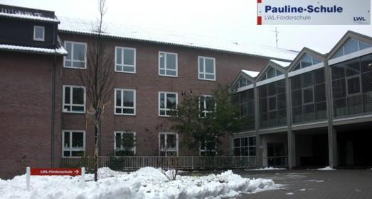 Schulgebäude im Winter
