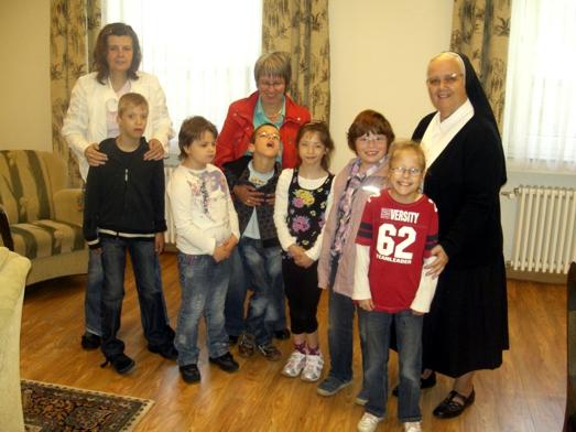 Kommunions- und Konfirmationskinder mit Sr. Theresia