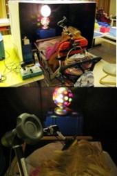 Schülerin schaltet Geräte mit Hilfe eines Kopftasters