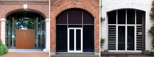 Toröffnungen in Massivbauten: zurückliegendes Glaselemente mit zweiflügeliger Holztür