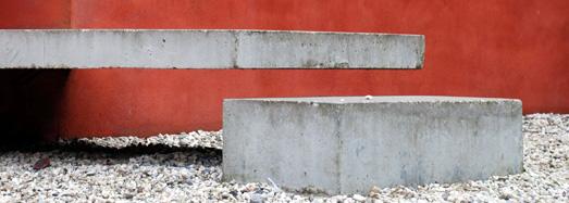Betonstufen vor roter Putzfassade, Foto: LWL/Darius Djahanschah