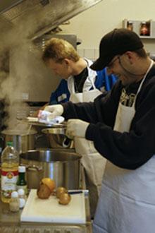 Zwei Patienten der Station Selavie kochen gemeinsam.