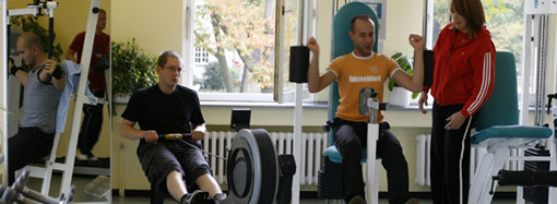 Gruppe trainiert an Sportgeräten