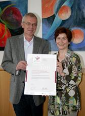 Iris Abel, Leiterin des LWL-Pflegezentrums Lippstadt, und Hartmut Paech-Bruch, Leiter des LWL-Wohnverbunds Lippstadt, zeigen das Zertifikat zum Audit berufundfamilie.