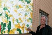 Der Künstler Schargé signiert sein Werk.