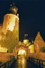Burg im Dunkeln