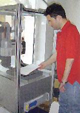 Ein Mann arbeitet an einer Maschine in einer Orthopädiewerkstatt.
