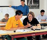 Zwei Auszubildende während des Unterrichtes in einer Berufsschulklasse.