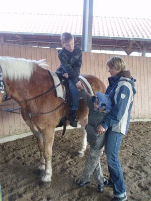 Zwei Schüler begrüßen das Pferd